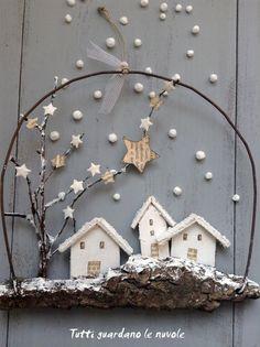 I just love this little vignette wreath idea! Driftwood, wire, little flat houses and paper stars..... Small Christmas decorations ... landscapes whitewashed to hang. http://tuttiguardanolenuvole.blogspot.it/2014/12/con-corteccia-e-filo-di-ferro.html:
