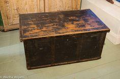 1800 - luvun tasakantisessa arkussa on kaunis ajan patinoima musta maalipinta.