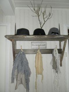 Valkoinen Kaniini: Heinäseiväs naulakko Coat Racks, Wardrobe Rack, Cabin, Diy, House, Furniture, Ideas, Home Decor, Hangers