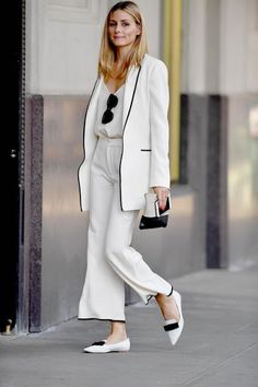 Olivia Palermo Women's Chic Street Fashion in a Classic Ivory Suit Trimmed in Black with Jimmy Choo Pointy-Toe Flats & a Céline Zip Pouch Estilo Olivia Palermo, Olivia Palermo Lookbook, Olivia Palermo Style, Olivia Palermo Outfit, Fashion Mode, Work Fashion, Street Fashion, Suit Fashion, Fashion Spring