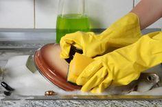 Voici une recette facile et rapide pour faire soi-même son produit à vaisselle naturel ---> Faites bouillir 500ml d'eau. Laissez refroidir un peu. Versez dans un flacon 40gr de savon noir liquide et 4 c. a café de bicarbonate de soude. Ajoutez-y l'eau chaude (pas bouillante). Secouez légèrement le flacon afin de mélanger. Mettez 10 gouttes d'huile essentielle de citron (d'orange, d'eucalyptus ou d'arbre à thé). Le produit est prêt a l'emploi.