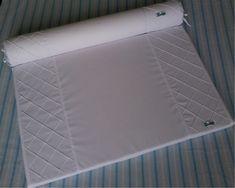 Trocador para cômoda confeccionado em tecido 100% algodão, com zíper para facilitar a retirada da capa.  Enchimento em espuma laminada de 3cm e forro em tnt. Protetor em plástico cristal com viés em tecido 100% algodão e cordinhas para fixação que permitem a retirada para limpeza da peça.  Rolo confeccionado em tecido 100% algodão, enchimento em espuma tubo de 10cm de diâmetro forrada em tnt.  Capa removível que facilita a lavagem da peça.  *As cores podem ser escolhidas. Consulte ...