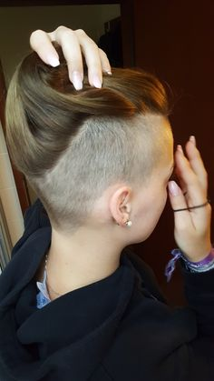 360 Undercut You are in the right place about nape undercut tattoo Here we offer you the most beauti Side Cut Hairstyles, Undercut Hairstyles Women, Undercut Women, Easy Hairstyles For Medium Hair, Black Girls Hairstyles, Half Shaved Head Hairstyle, Half Shaved Hair, Shaved Undercut, Short Hair Undercut