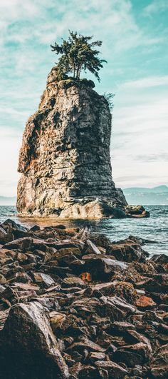 Siwash Rock in Vancouver Canada! Vancouver is easily one of the most beautiful cities in the world! Explore more of the best things to do in Vancouver, BC on Avenlylanetravel.com. #canada #travel #vancouver #avenlylanetravel