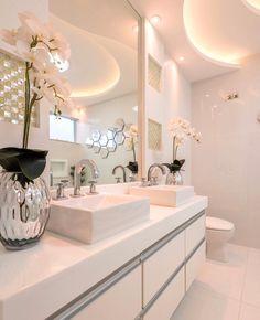 Aquele banheiro branquinho que a gente ama e sonha em ter um igualzinho! @pontodecor Projeto Iara Kilaris #homeidea #arquitetura #ambiente #archdecor #living #projeto #homestyle #home #homedecor #pontodecor #homedesign #banheiro #interiordesign #interiores #saladeestar #decoration #revestimento #decoracao #architecture #archdaily #inspiration #project #regram #home #casa #grupodecordigital