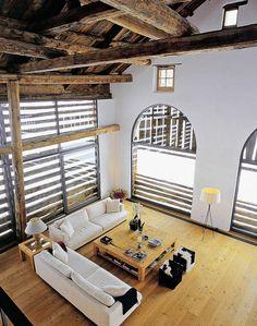 """Simple aber wunderschöne Lösung für die Beschattung großer Fenster: """"Der große Vorteil von Scheunen ist, dass man ein völlig anderes Raumgefühl als in Neubauten erzielen kann. Man hat transparente Übergänge wie in einem Loft, aber immer noch den besonderen Reiz des Scheunencharakters"""", sagt Architekt Haar."""