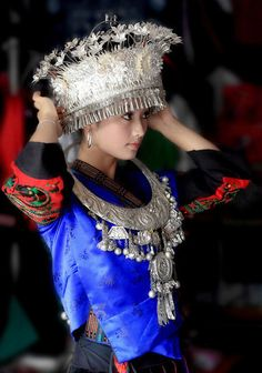 Hmong Clothes - Designer Outfits for Dance and Performance Traditional Fashion, Traditional Dresses, Beauty Around The World, Folk Costume, Ethnic Fashion, New Outfits, Asian Woman, Beautiful People, Hmong Clothing