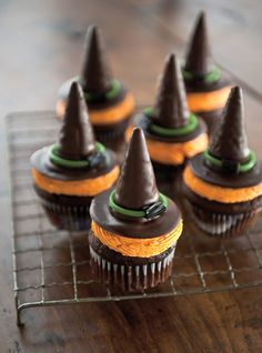 Witch Hat Cupcakes - Halloween Party Food Ideas: 17 Ghoulishly Delightful and Easy Recipes Halloween Desserts, Halloween Cupcakes, Halloween Food For Party, Halloween Treats, Halloween Baking, Halloween Celebration, Halloween 2020, Easy Halloween, Cheap Clean Eating