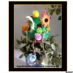 PETIT NID DE PAQUES (1) Panier en bois, paille en carton ondulé, morceaux de branche, corde, fleurs tissu, poussins, plumes, peinture verte...et chocolats !!!