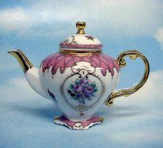 Konvička na čaj * porcelán, ručně malovaný a zdobený zlatem.