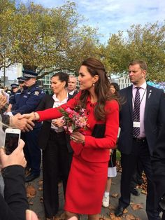 Duchess Kate at the walkabout in Christchurch! I love her!  #RoyalVisitNZ pic.twitter.com/4Qvtoqyc0U