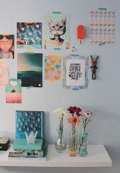 Pôsteres colados na parede e vasinhos decorados com washi tape. #decoração #detalhe #parede
