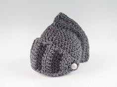 Nastja von DIY Eule zeigt Dir in dieser Schritt für Schritt Häkelanleitung wie Du diesen tollen Ritterhelm aus Wolle einfach nachhäkeln kannst. Ein perfektes Accessoire für ein Ritterkostüm oder einfach als Hingucker für das Winteroutfit.