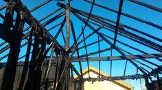 Incêndio destrói casa próxima ao elevado Bento Natel -   Uma casa foi totalmente praticamente destruída pelo fogo na Rua Stélio Machado Loureiro, na Vila Aparecida. A residência fica próxima ao elevado Bento Natel. De acordo com o informações do Corpo de Bombeiros,como a casa é de madeira, o fogo se alastrou rapidamente.  Cinco pessoas morav - http://acontecebotucatu.com.br/policia/incendio-destroi-casa-proxima-ao-elevado-bento-natel/
