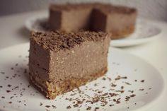 Skvělý jednoduchý, nepečený dort! :) Chuťově mi připomíná nějaký pařížský nebo jiný čokoládový. Určitě tím zaujmete někde na oslavě ! :)...
