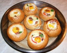 Iata cum poti prepara un mic dejun delicioas si gata pe repede-nainte.  Ingrediente -4 chifle -4 oua -4 linguri smantana -4 linguri sunca taiata -50 g unt topit -sare