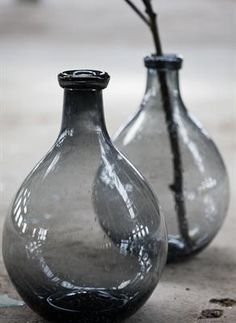 Vase gris made in Suède via Atelier rue verte Bottles And Jars, Glass Bottles, Glass Vase, Bottle Vase, Cut Glass, Rue Verte, Silver Blonde, Photocollage, Grey Glass