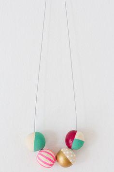 Collier de perles en bois de peintes à la main