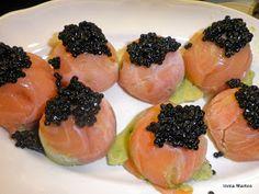 Siguiendo la receta de los canapés de aguacate con salmón , suelo hacer estos bombones, muy adecuados para estas fechas, con la particulari...