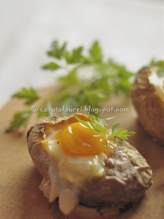 oua coapte in cartofi Baked Potato, Food And Drink, Potatoes, Eggs, Baking, Breakfast, Ethnic Recipes, Knits, Top