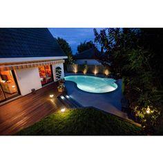 Eclairée de nuit, la piscine Waterair Céline est un véritable atout qui valorise la décoration extérieure