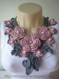 Passo a passo flores de crochê e apostilas com as peças mais pedidas de minhas cliente. Acessórios em crochê: colar, cachecol, golas... Crochet Flower Tutorial, Crochet Flower Patterns, Crochet Art, Knit Or Crochet, Crochet Scarves, Irish Crochet, Crochet Motif, Crochet Shawl, Crochet Clothes