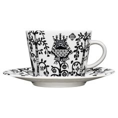 The stylish Taika cappuccino cup from Iittala is designed by Klaus Haapaniemi, it has a modern design with a detailed pattern in black and white. Use the cup to drink your favorite cappuccino in and combine it with a matching saucer from the Taika series. Cappuccino Tassen, Cappuccino Cups, Coffee Cups, Tea Cup Set, Tea Cup Saucer, Pyrex, Black Dinnerware, Dinnerware Sets, Mugs