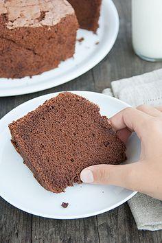 Chiffon cake al cioccolato: la torta più irresistibilmente soffice che abbiate mai provato, spiegata passo passo.