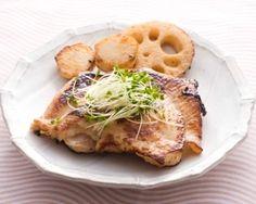 楽天が運営する楽天レシピ。ユーザーさんが投稿した「鶏肉の味噌ヨーグルト漬け焼き」のレシピページです。ヨーグルトの乳酸菌効果で肉質がやわらかくなり、フライパンで焼いただけでジューシー。ヨーグルトで漬けるので、味噌漬けよりも塩辛くなりすぎないのも特徴です。。鶏肉の味噌ヨーグルト漬け焼き。鶏もも肉,里芋,れんこん,(A)ヨーグルト,(A)味噌,(A)みりん,ブロッコリースプラウト,ごま油