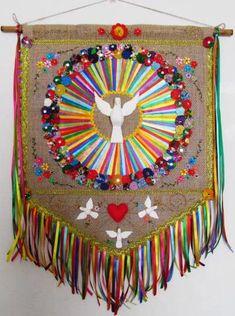 ***MODELO EXCLUSIVO ARTE E OFÍCIO ATELIÊ*** Confeccionado em juta, detalhes bordados, bem colorido, divino esculpido em madeira. Med. da bandeira: aprox. 55 x 40 cm Med. total : aprox. 80 x 60 cm (total c/ fitas e cordão) Jute Crafts, Felt Crafts, Paper Crafts, Crafts To Make And Sell, Diy And Crafts, Arts And Crafts, First Communion Banner, Macrame Wall Hanging Patterns, Church Banners