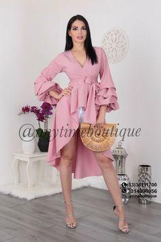 Maxiblusa disponible en tienda hasta agotar existencia . Nuestra boutique esta en guadalajara y tambien tenemos envios a todo mexico, entregamos en solo 24 horas hasta tu casa, si necesitas mas info escribenos por inbox o whatsapp 3314894956, lo que ves es lo que recibes. Foto Fashion, Hijab Fashion, Fashion Dresses, Classy Sexy Outfits, Classy Dress, Bluse Outfit, Hijab Stile, Barbie Dress, Lovely Dresses