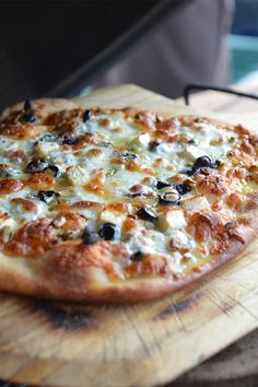 Don't know what to cook on your kamado grill? Try our pizza recipe. This is a great, easy way to custom craft homemade pizza. Barbecue Recipes, Grilling Recipes, Vegetarian Grilling, Healthy Grilling, Barbecue Sauce, Vegetarian Food, Pizza Recipes, Casserole Recipes, Cooking Dishes