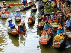 This is called floating market. it's very popular in Vietnam or Asian countries. Because Vietnam has many rivers. and most people live near river. people use boat is trader. We can buy and eat food right on the boat. Voyage Laos, Vietnam Voyage, Can Tho, Thailand Tourism, Thailand Travel, Bangkok Thailand, Visit Thailand, Thailand Vacation, Thailand Honeymoon