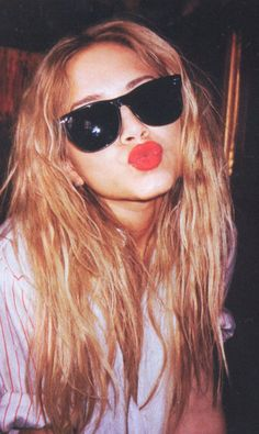 I love red lips and I love Mary-Kate Olsen, but I especially love them together. Oh yes, I'm painting my lips red today! Mary-Kate Olsen I LOVE THIS PHOTO! Mary Kate Ashley, Mary Kate Olsen, Ashley Olsen, Pretty People, Beautiful People, Pretty Guys, Beautiful Mess, Pretty Face, Olsen Twins