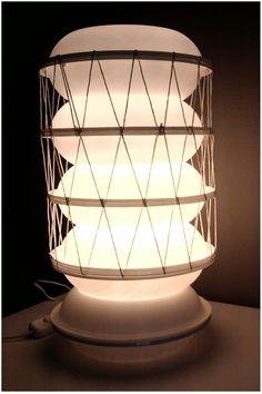 Light lampada da tavolo realizzata con materiale di recupero.