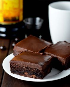 Kahlua brownies with chocolate kahlua ganache. Boozy chocolate brownies for a perfect night in! (chocolate icing for cake) Homemade Chocolate, Chocolate Recipes, Kahlua Recipes, Brownie Recipes, Kahlua Cake, Kahlua Cupcakes, Delicious Desserts, Dessert Recipes, Dessert Ideas