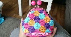 Zoals beloofd een nieuw portemonnee patroon in Mochila stijl! Crochet Wallet, Crochet Coin Purse, Crochet Purses, Crochet Round, Bead Crochet, Crochet Stitches, Crochet Patterns, Tapestry Crochet, Knitted Bags