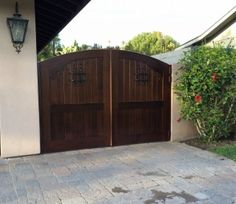 Custom designed wood driveway gates crafted in the California. Check out our Automatic Driveway Gates. Modern Driveway, Diy Driveway, Driveway Landscaping, Backyard Fences, Gates Driveway, Wooden Gate Designs, Gate Designs Modern, Wooden Gates, Door Gate Design