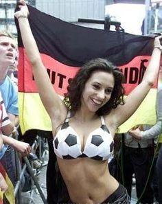 Piękna fanka reprezentacji Niemiec w piłce nożnej • Chyba zacznę kibicować Niemcom • W takiej kobiecie można się zakochać • Zobacz #football #soccer #sports #pilkanozna #futbol #sport #women #germany #niemcy #beautiful