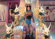 Katy Perry is an evil Egyptian queen for new Dark Horse music video Katy Perry Wallpaper, Dark Horse Video, Monster High, Kati Perri, Christian Rap, Prince Charmant, Egyptian Costume, Cleopatra Costume, Rock Star Party
