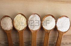 Varios tipos de harina en cinco cucharas de madera Foto de archivo