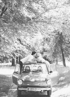 vintage car on a lane   kussen op het dak van een oude daf :)