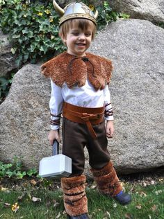 This cheap and easy Halloween costume uses furry brown bathmats to turn your little one into a fearsome Viking warrior. Vikings Costume Diy, Viking Halloween Costume, Vikings Halloween, Handmade Halloween Costumes, Theme Halloween, Easy Halloween Costumes, Halloween Diy, Olaf Costume, Halloween Makeup