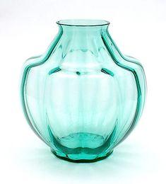 Botterweg Auctions Amsterdam > Meerblauw glazen vaas met verticaal optiek, ontwerp A.D.Copier 1928, uitvoering Glasfabriek Leerdam