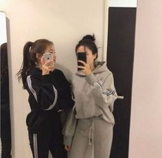 Shared by jungkooksgirlfriend. Find images and videos about girls, clothes and korean on We Heart It - the app to get lost in what you love. Foto Best Friend, Best Friend Couples, Best Friend Photos, Best Friend Goals, Cute Korean, Korean Girl, Asian Girl, Korean Style, Couple Ulzzang