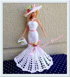 #RaquelGaucha #Doll #Crochet #Dress #Barbie #Vestidodefesta #Vestido #Crochê #Chapéu #Sombrero #Hat #Purse #Cartera #Bolsa #Muñeca #Boneca #Vestidobranco Crochet Fairy, Crochet Doll Dress, Crochet Barbie Clothes, Small Crochet Gifts, American Girl Diy, Barbie Clothes Patterns, Knit Baby Booties, Barbie Toys, Dress Barbie