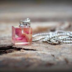 Náhrdelník  / Necklace / Collana   Krásny jemný náhrdelník s príveskom zo živice. V živici sú zaliate kúsky lupeňa žltej ruže s ružovými okrajmi. Je to jedinečný originál. Prívesok je celý prelakovaný lakom, ktorý...