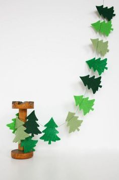 Felt Christmas garland, maybe add some stars? Diy Christmas Decorations For Home, Christmas Tree Garland, Noel Christmas, Christmas Projects, Holiday Crafts, Diy Christmas Bunting, Tree Decorations, Christmas Ornament, Felt Garland