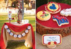 Para quem está pensando em organizar uma festa à céu aberto, a festa Branca de Neve na Floresta é uma inspiração leve e muito fofa para pequenas princesas.