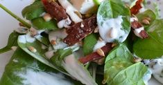 Pyszna sałatka ze szpinakiem, bekonem, serem feta, suszonymi pomidorami, chrupiącym słonecznikiem i kremowym sosem czosnkowym. W wers... Tzatziki, Tacos, Mexican, Feta, Ethnic Recipes, Mexicans